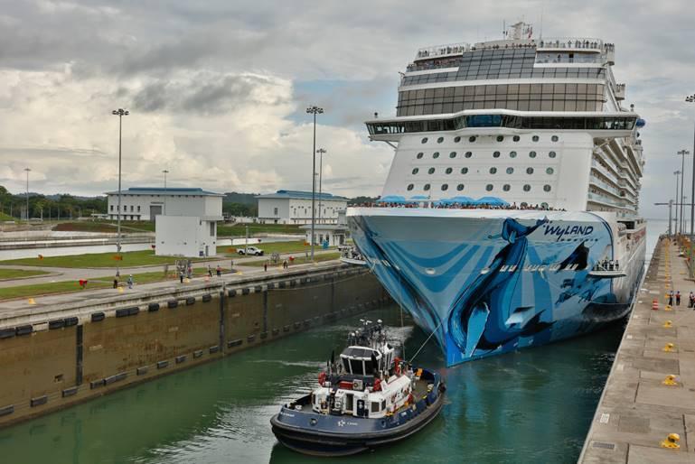 Norwegian Bliss y sus 325 metros cruzaron por canal ampliado de Panamá